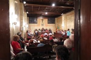 L'Ajuntament de Berga aprova el suport a la consulta amb unes 200 persones celebrant-ho