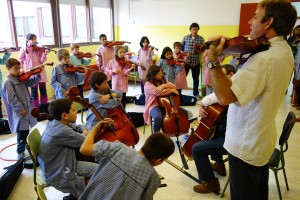 25 alumnes de l'escola Santa Eulàlia de Berga toquen instruments de corda gràcies a un projecte de l'escola de música de la ciutat