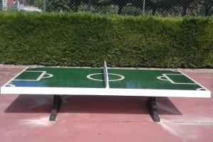 Berga instal·la un tauler per jugar a futbol a l'estil tennis taula