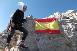 Movimiento Social Republicano penja una bandera espanyola al cim del Pedraforca