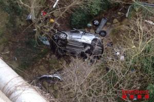 Un cotxe perd el control i s'estimba per un barranc de deu metres, al revolt de Cal Parraquer de Berga