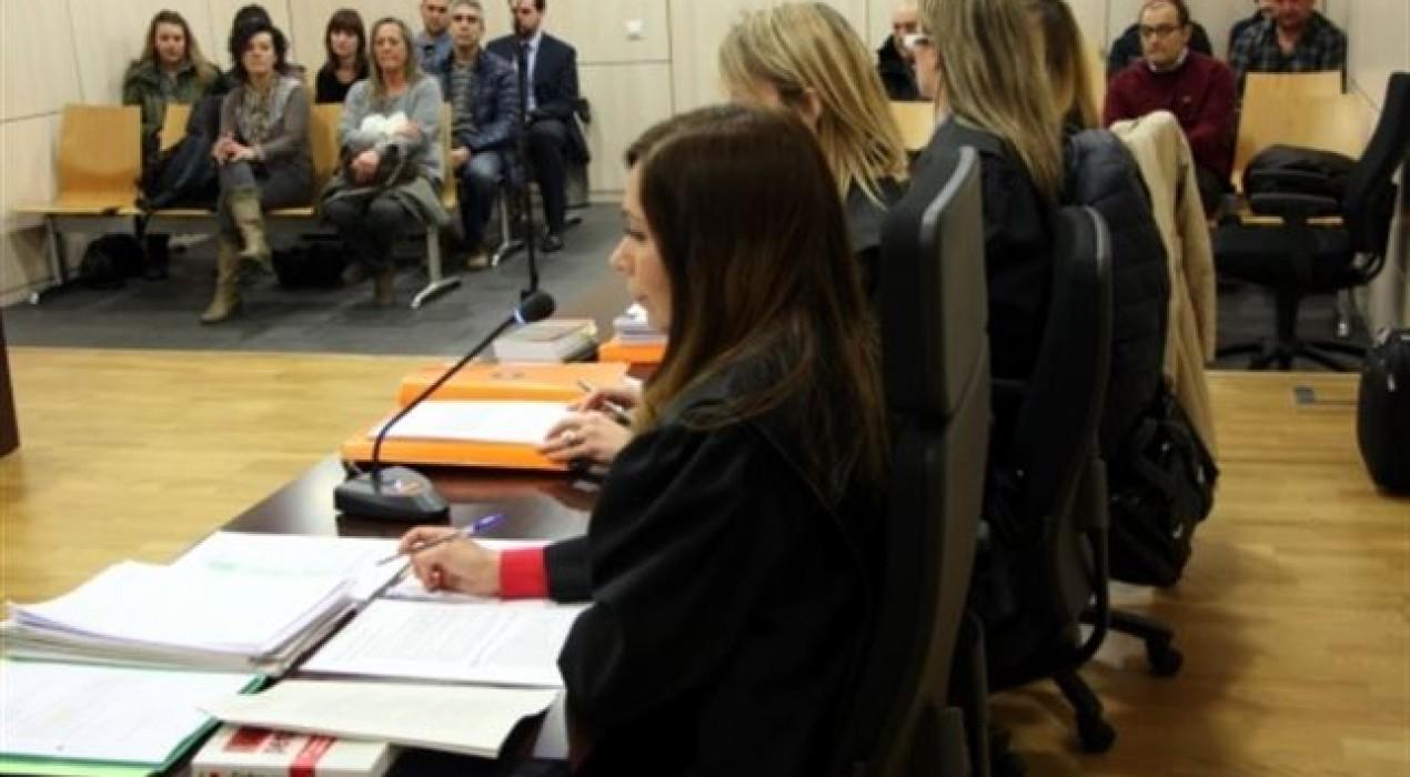 La mestra de Gironella jutjada per maltractar dos nens d'un any es nega a respondre les acusacions