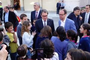 Prop d'un centenar de veïns acompanyen Artur Mas durant la visita institucional a la nova biblioteca de Gironella