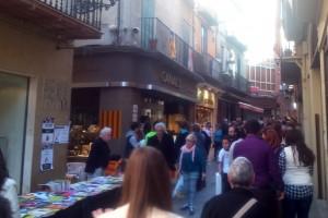 Sant Jordi omple de llibres i roses el centre de Berga en una jornada també amb protagonisme d'autors i editors locals