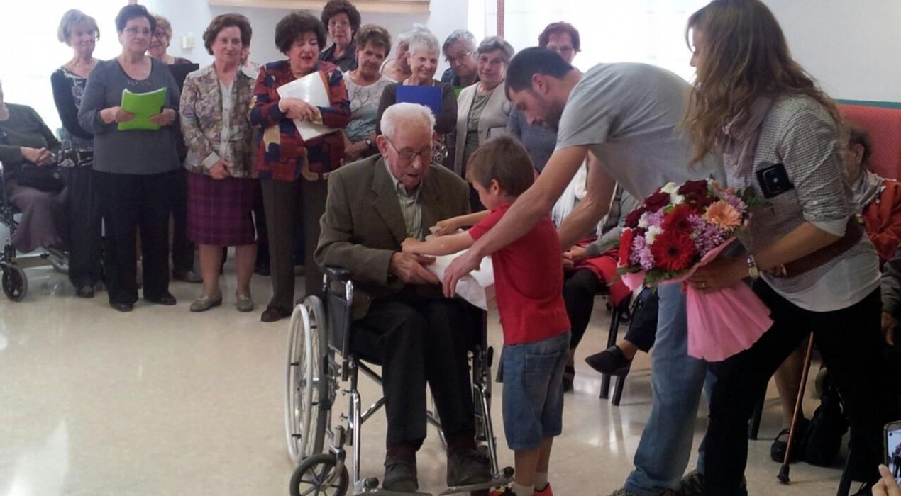 La residència Sant Bernabé acull l'homenatge a Venancio Alonso, ciutadà de Berga que ha arribat aquest abril als cent anys de vida