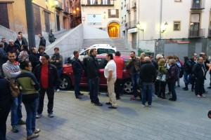 Més d'un centenar de treballadors públics de Berga protesten abans del ple per reclamar la paga extra