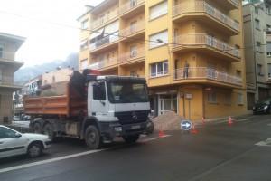 Tall de trànsit al carrer Albéniz de Berga, en la cruïlla amb el Lluís Millet, per l'arranjament d'un soc del paviment
