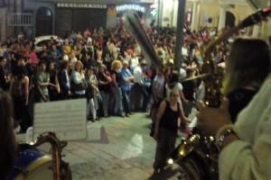 Unes 500 persones salten els primers tirabols a la plaça de Sant Pere durant el Cap d'Any Patumaire