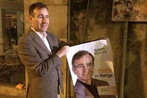 Arrenca la campanya electoral a Berga amb l'enganxada de cartells