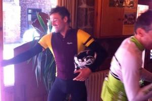 Luis Enrique es relaxa sobre la bici a Castellar de n'Hug
