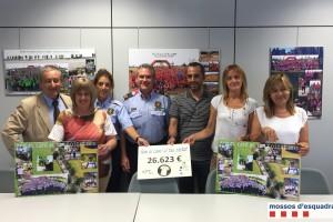 Els Mossos d'Esquadra lliuren els diners de la Caminada Solidària als Serveis d'Oncologia de la Regió Central