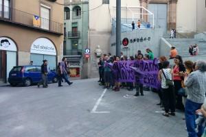 La CUP agraeix la feina feta a Anna Maria Guijarro amb una pancarta sorpresa en sortir de l'últim ple de la legislatura
