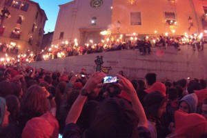 Mig miler de torxes s'encenen per Patum a la Plaça de Sant Pere pels 125 anys de la Guita Xica