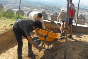 El camp de treball d'arqueologia al Castell de Sant Ferran facilita el descobriment de restes de l'antiga església de Santa Eulàlia i d'un polvorí