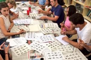 Berga s'endinsa en la cultura i la llengua xinesa a partir d'un taller organitzat per l'àrea de Joventut i Immigració de l'Ajuntament