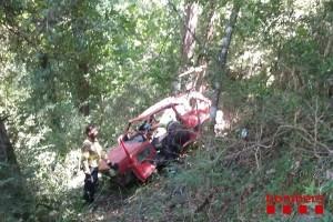 Els bombers rescaten un veí de Sagàs, ferit greu en precipitar-se amb el cotxe per un barranc a la Quar