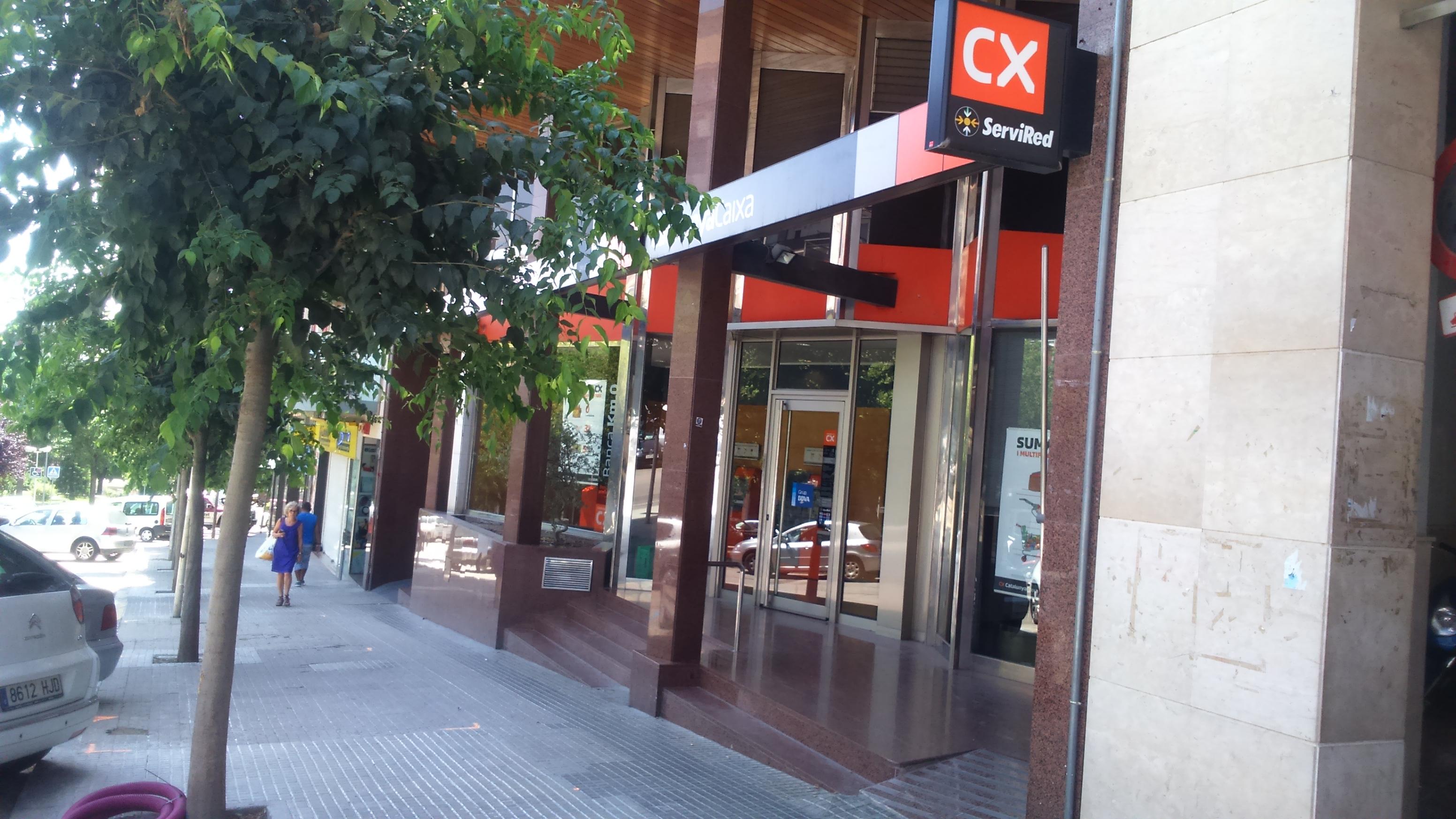 Un home intenta atracar amb una navalla l oficina de for Caixa de catalunya oficinas