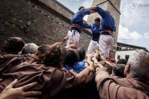 Els Castellers de Berga actuen en una reeixida festa major de Borredà