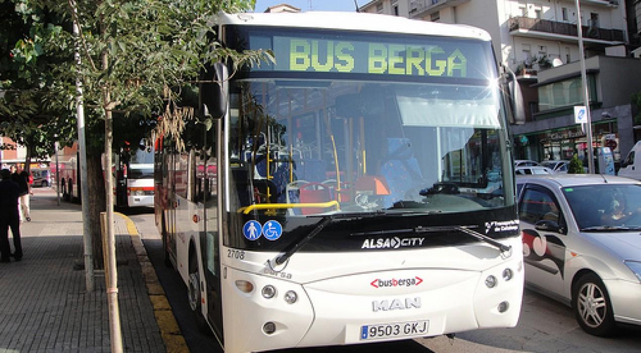 Els comerços de Berga reparteixen gratuïtament targetes del bus urbà