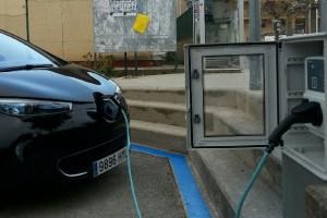 Avià instal·la el primer punt de càrrega per a cotxes elèctrics del Berguedà
