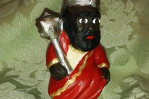 Surt la segona figura de la col·lecció de caganers de la Patum, el Gegant Nou