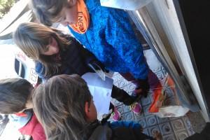 La cursa d'orientació de Casserres atrau una seixantena d'infants