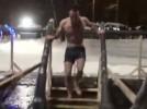 Manel Alías, de Berga, s'atreveix a fer un bany de gel a Moscou