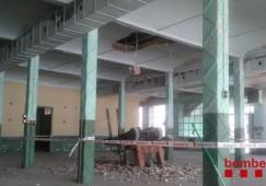 El conductor d'un toro mecànic queda ferit lleu després de caure dues plantes d'una nau de Gironella