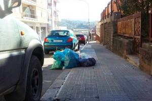 Veïns de Berga dipositen les bosses d'escombraries a terra com a senyal de protesta