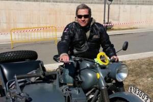 Alberto Fernández Díaz apareix amb una moto militar a El Guixaró
