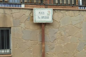 L'equip de govern de Berga recol·loca les dues plaques retirades per l'entitat anarquista