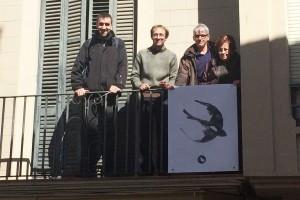 Queralt 2016 penja la primera oreneta al balcó, una imatge que esperen que ompli Berga