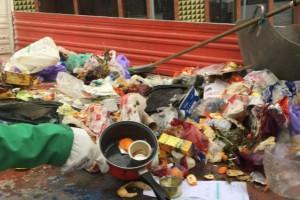 Analitzen les bosses d'escombraries dipositades a terra, a Berga, per saber qui les aboca