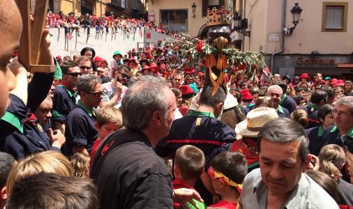 L'àliga de la Patum infantil canvia de corona al mig de la plaça en honor a Joan Rafart