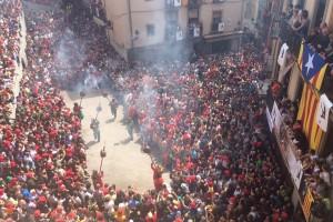 La Patum de Lluïment omple la plaça Sant Pere de patumaires, aliens a la polèmica per la plantada de l'equip de govern a l'església
