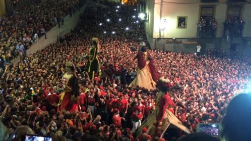 La plaça de Sant Pere esclata d'eufòria amb el ball de gegants al ritme de Bruce Springsteen
