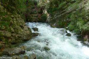 El fort cabal del riu trenca una canonada d'aigua de Bagà