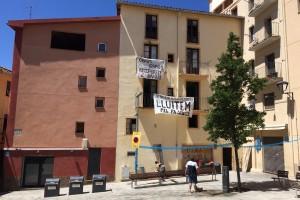 """Ocupen un bloc de pisos de la plaça del Forn de Berga, per a """"fer-hi activitats culturals"""""""