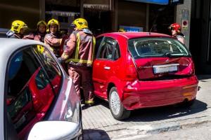 Un cotxe xoca contra l'aparador del Banc Sabadell del passeig de la Pau de Berga