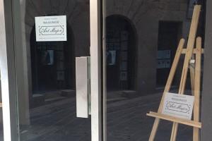 En marxa una campanya per omplir d'obres d'art els aparadors dels locals buits del carrer Major