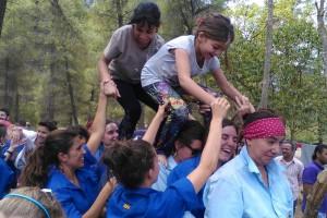 Els Castellers de Berga ensenyen a fer castells als refugiats de Grècia