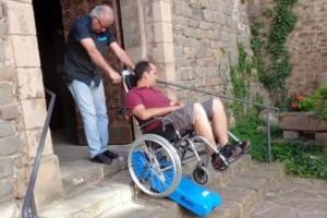 Borredà posa a disposició del poble una oruga salvaescales per millorar la mobilitat