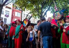 Els membres del Taller Coloma fan cremar els primers fuets de la Patum del Centenari