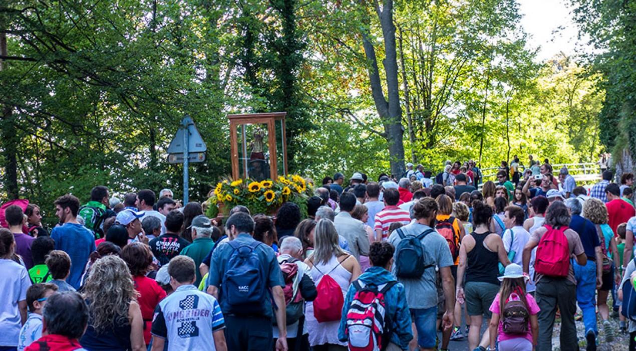 Centenars de berguedans tornen la Mare de Déu a Queralt en una gala memorable