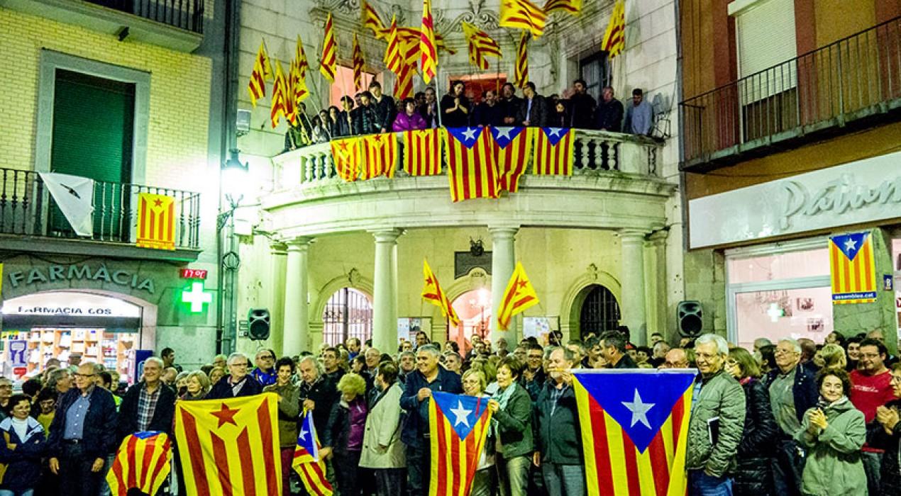 El balcó de l'Ajuntament de Berga s'omple d'estelades en l'acte de suport a Montse Venturós