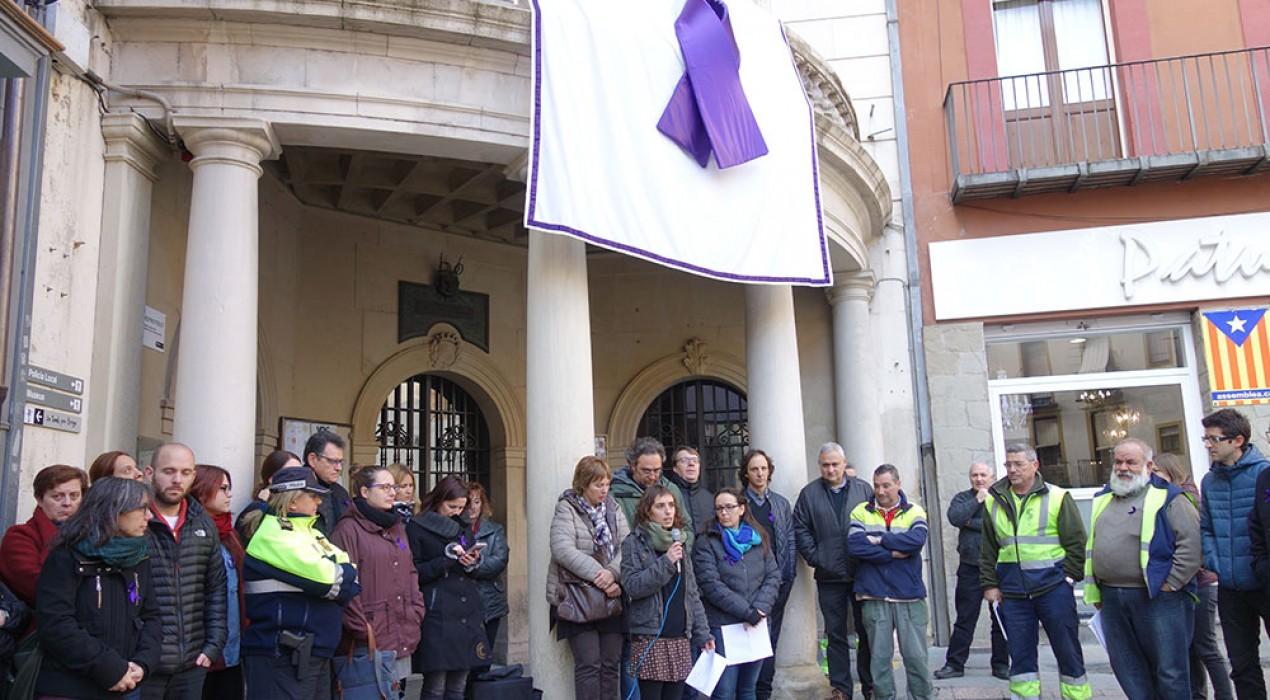 L'Ajuntament de Berga surt al carrer per fer ressonar l'oposició a la violència cap a les dones