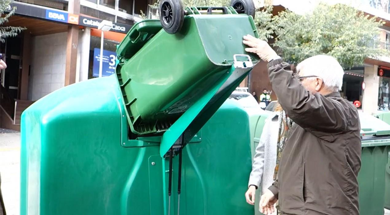 El mecanisme per buidar el vidre en els nous contenidors de Berga