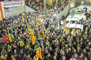 El dia de Montse Venturós acaba en una plaça de Sant Pere plena d'estelades i rendida als seus peus
