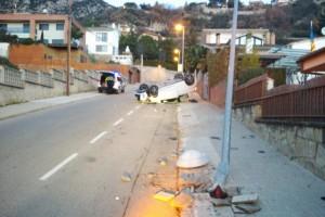 Un cotxe bolca després de xocar contra un fanal a Berga