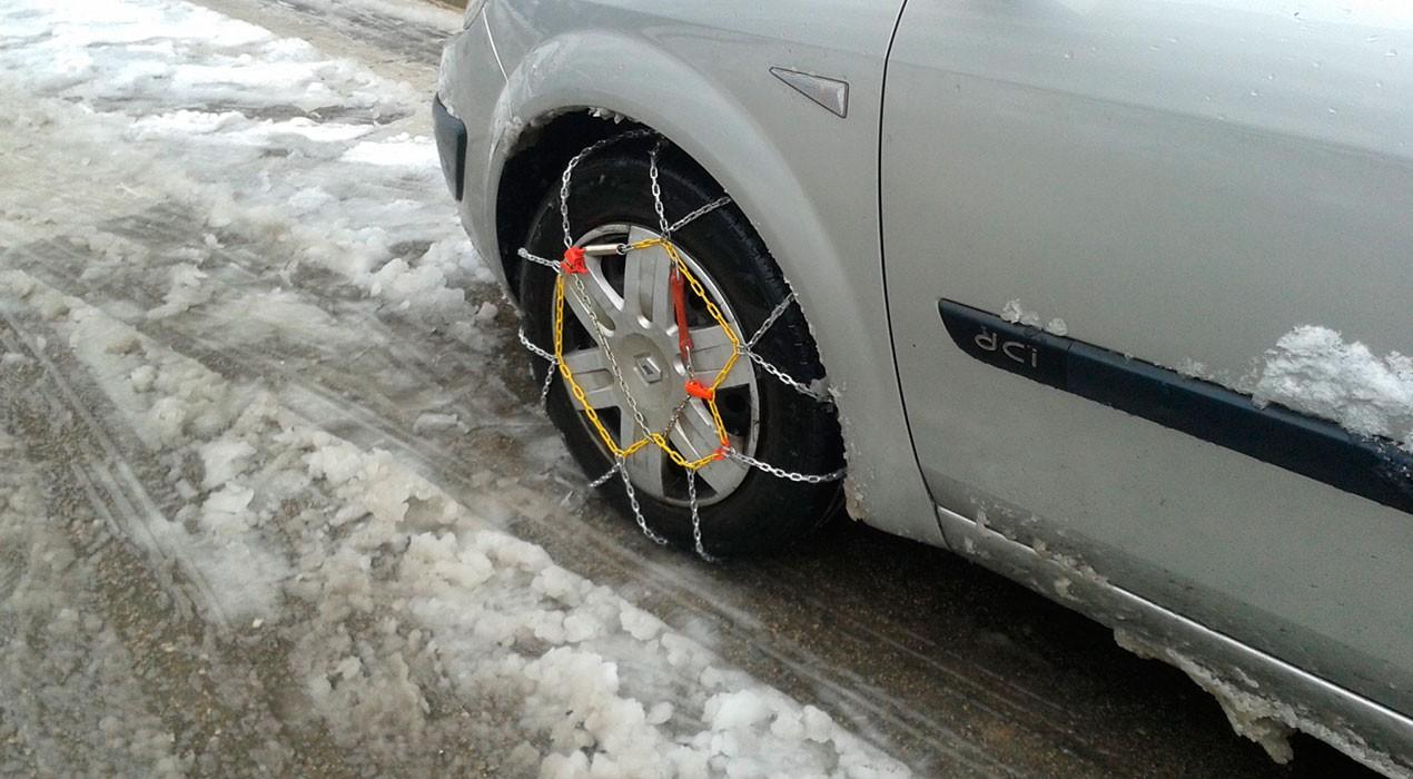 Trànsit obliga a posar cadenes a tots els vehicles que circulin per les carreteres de l'Alt Berguedà
